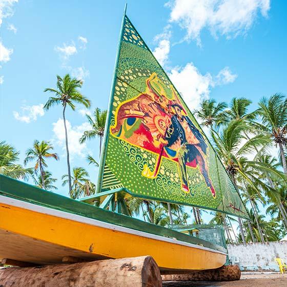 Um barco de exposição com a sua vela desenhada de forma artística