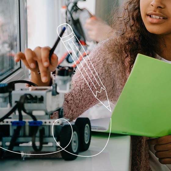 Uma estudante de cabelos castanhos e cacheado, usando uma camiseta marrom. Ela segura um caderno de cor verde e manuseando um carrinho elétrico. Por cima desta imagem, um desenho de lápis.